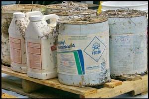 מיכלים וקופסאות של חומרי הדברה רעילים לחקלאות